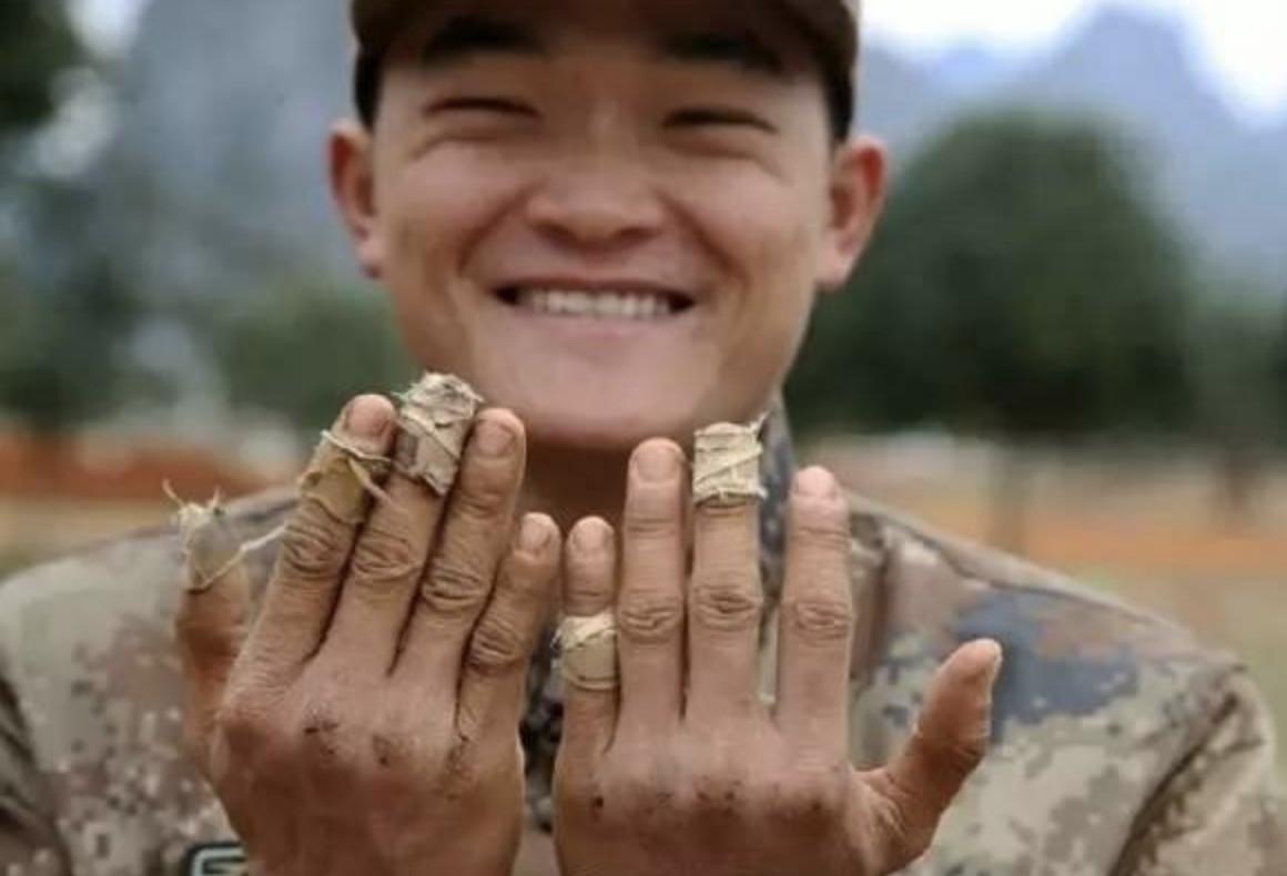 一组军人在外执行任务时的照片,看一张哭一张,最后一张让人心酸