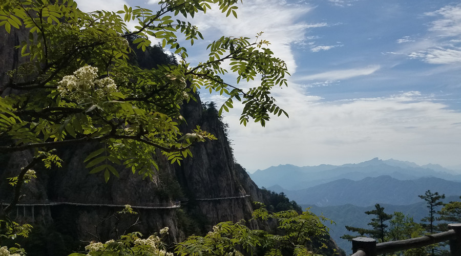 而张天师也是道家的开山始祖,老君山正是为了纪念他们修建的,因此景区