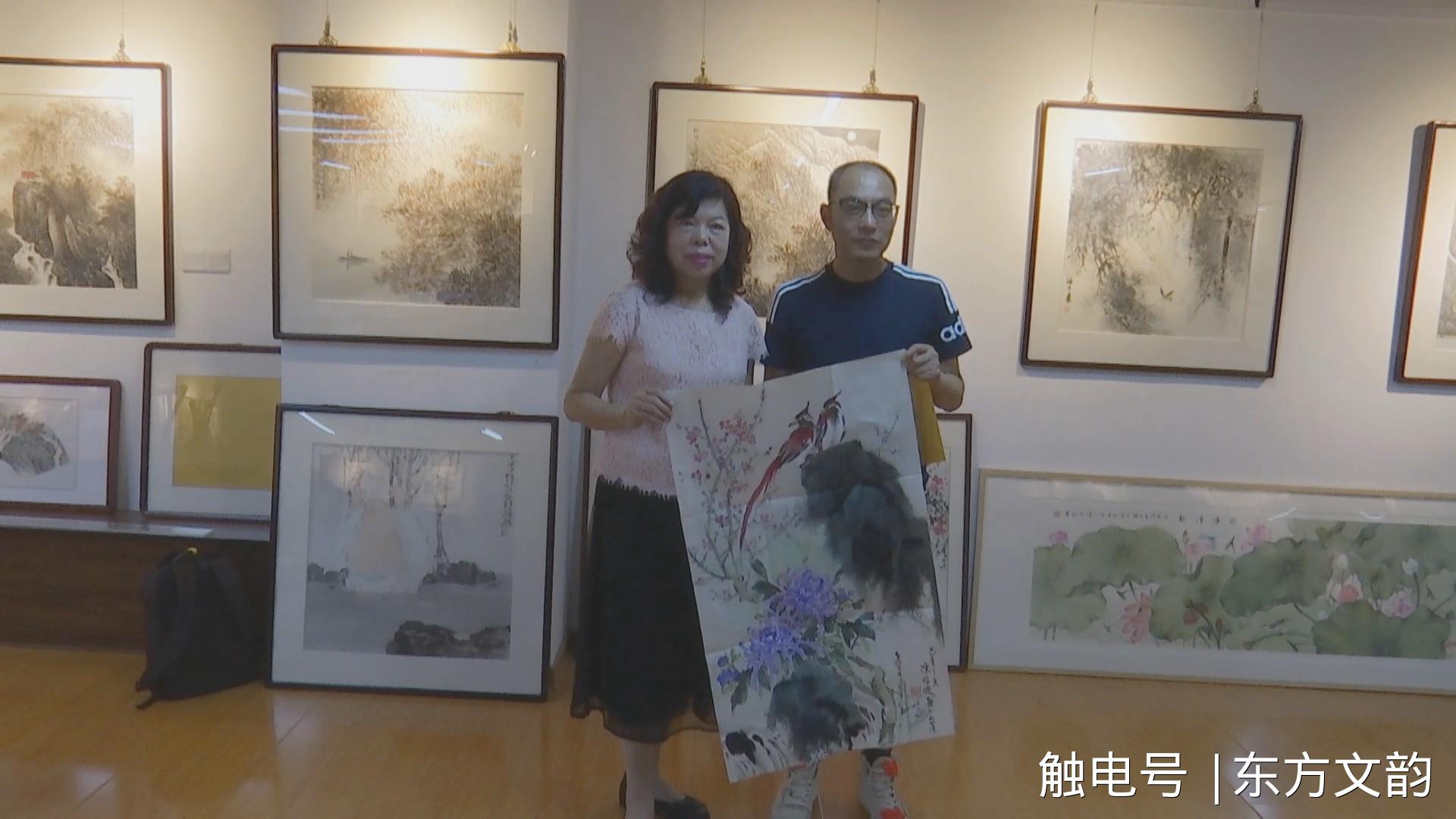 台湾艺术家赠作品给铜陵新媒体人员