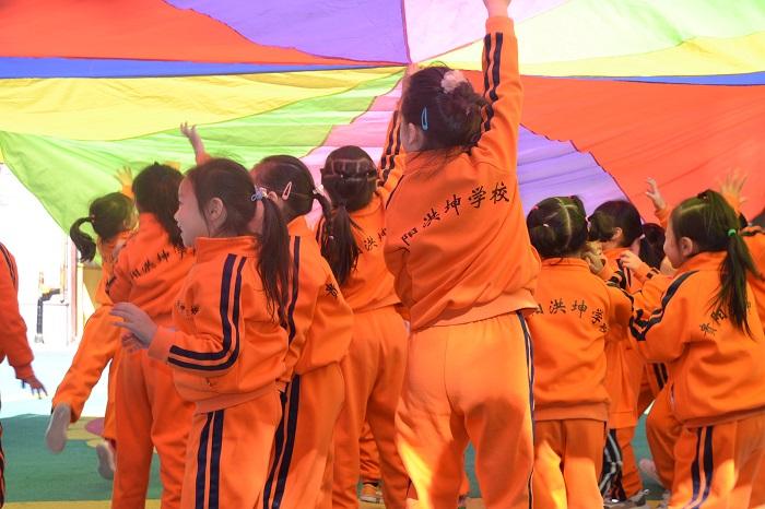 乌当区洪坤幼儿园的孩子们在玩游戏