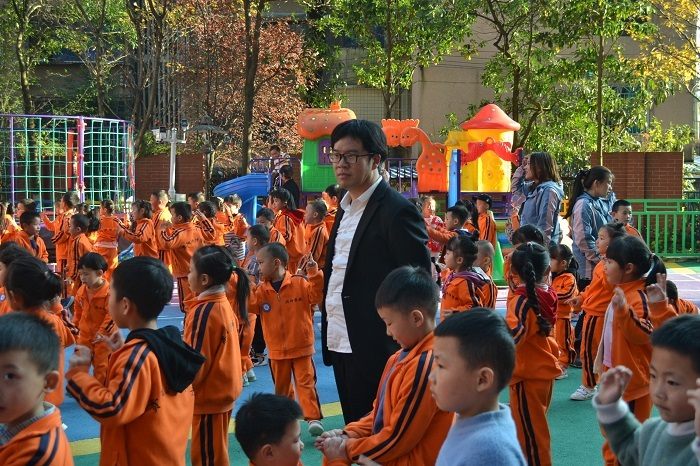 乌当区洪坤幼儿园校长杨洪坤和孩子们